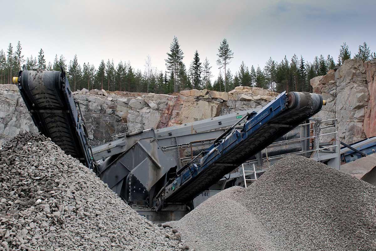 Emtbjörks. Fyra olika materialsorter framställs Makadam 8-16, 16-32, 32-64 och stenmjöl 0-8